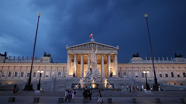 Viharfelhők Ausztria parlamentje felett. Fotó: Getty.