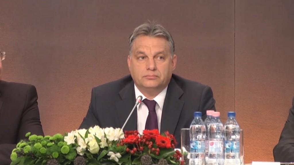 Orbán Viktor ezen a képen éppen a Diaszpóra Tanács tagjaihoz beszél. A diaszpóra kormánypárti képviselői évente egyszer Budapesten tölthetnek egy all inclusive vakációt, a magyar adófizető pénzén.