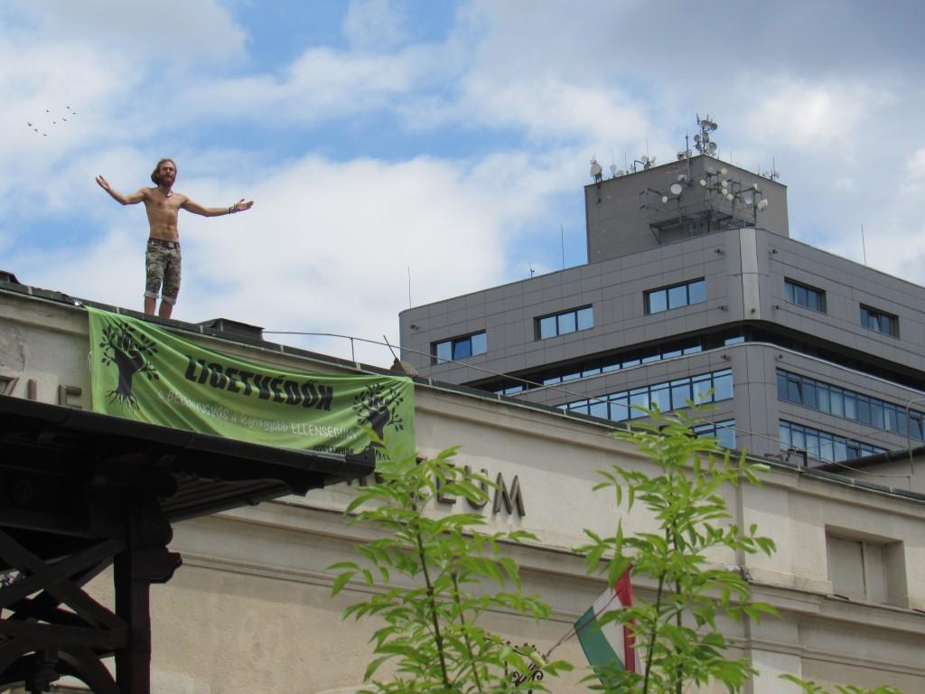 Egy tüntető felmászott a múzeum tetejére. Fotó: C. Adam.