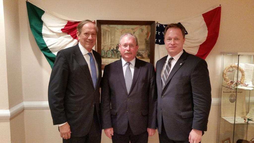 Pataki amerikai elnökségre alkalmatlan rasszista idiótának nevezte Trumpot.  Néhány hete George Pataki (baloldalon) Fazekas Sándor földművelésügyi miniszterrel (középen) és Kumin Ferenc konzullal találkozott.
