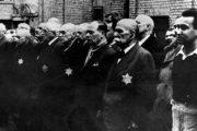 A képen a kistarcsai lágerbe deportált zsidók láthatók (Fotó: Újkor.hu)